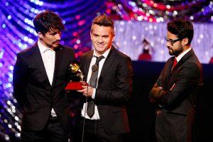 Andee Zeta, Juan Galeano y Daniel Alvarez de Diamante Eléctrico reciben el Grammy a 'Mejor Álbum Rock' por 'B' 2015.